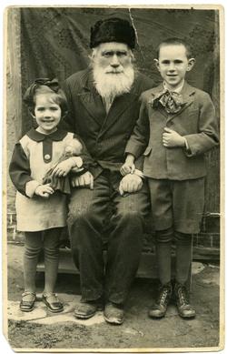Sam Apple with children: written in pencil on verso: 'Rosika mit Manelle bei 5 und 9 jahren'