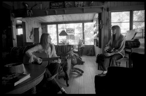 First page of Judy Collins with guitar and Joni Mitchell, in Mitchell's house in Laurel Canyon