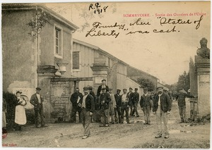 Thumbnail of Foundry where Statue of Liberty was cast [Sorties des ouvriers de l'usine] View of workers leaving from the front gates of the foundry