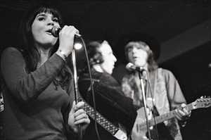 Thumbnail of Linda Ronstadt at Paul's Mall: Ronstadt performing with Gib Guilbeau (l) and John Beland