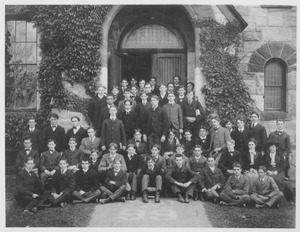 Thumbnail of Members of the class of 1905 standing and sitting in front of Old Chapel